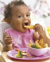 foto de uma criança comendo sozinha